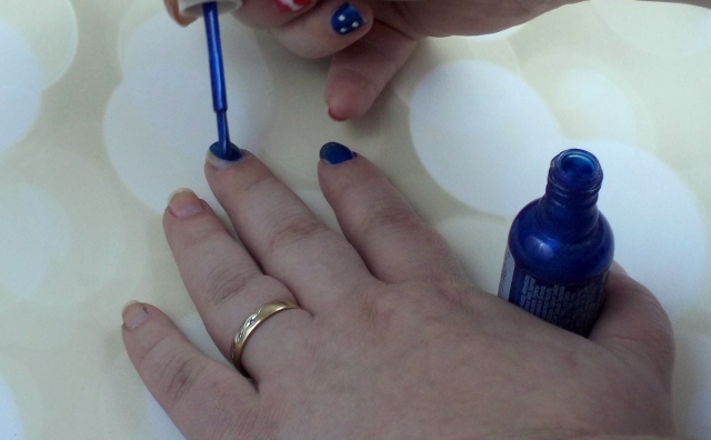 4th of July Nail Art Tutorial Applying Sally Hansen Blue It on southeastbymidwest.com #nails #nailart #beauty #bblogger #4thofjuly #sallyhansen