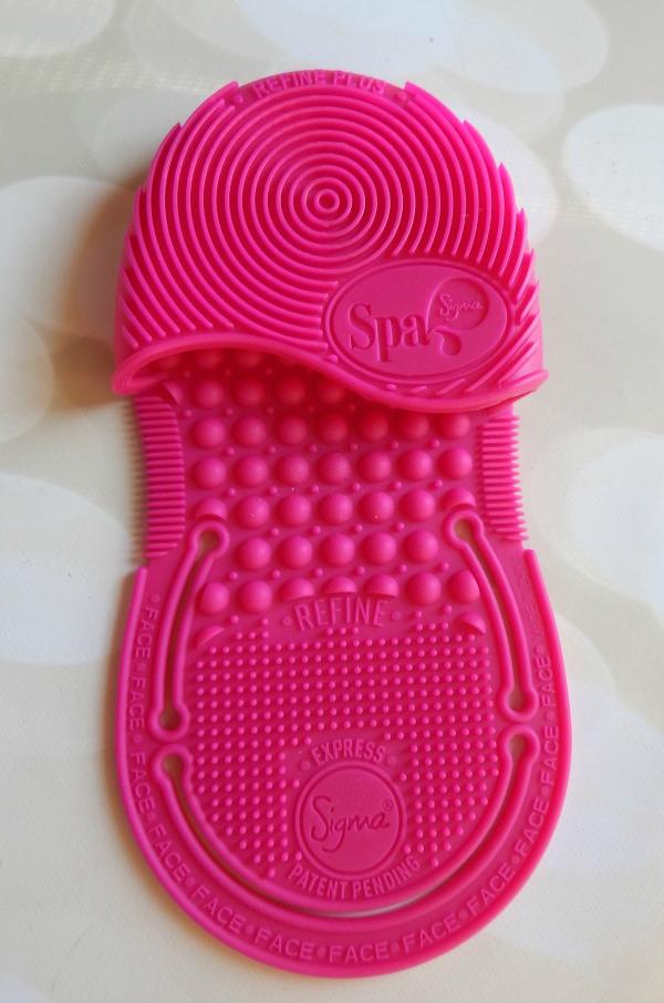 Sigma Express Cleaning Glove #sigmabeauty #beauty #makeup #cosmetics #cosmetology #kitworthy
